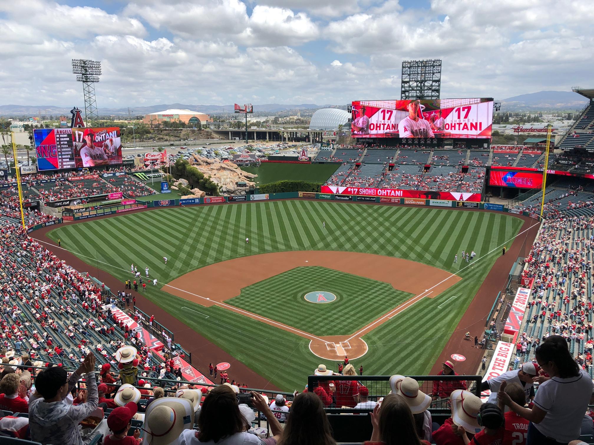 広々とした球場は雰囲気最高です。